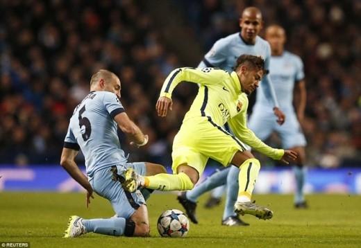 Trên đà hưng phấn, Barca tiếp tục dồn ép. Phút 26, cơ hội đã mở ra với Neymar nhưng ngôi sao người Brazil lại không đánh bại được thủ thành Joe Hart ở thế đối mặt.