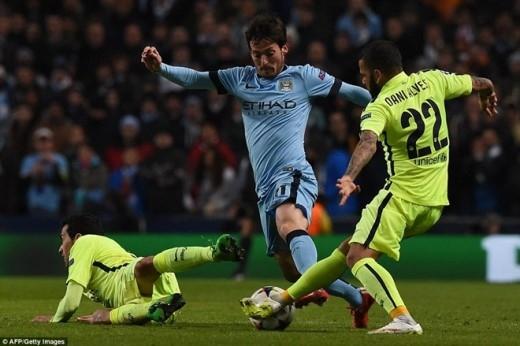 Các ngôi sao như Edin Dzeko, David Silva hay Sergio Aguero gặp rất nhiều khó khăn trước hàng phòng ngự chắc chắn của Barca.
