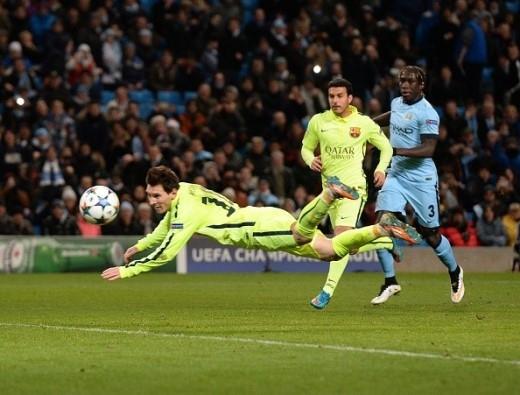 Ở pha băng vào đánh đầu bồi ngay sau đó, siêu sao người Argentina lại đưa bóng đi chệch cột dọc khung thành Man xanh trong tiếc nuối.