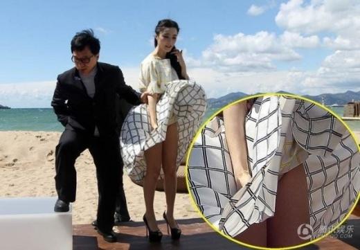 Diện chiếc váy rộng tại thảm đỏ LHP Cannes, Phạm Băng Băng đã gặp sự cố bất ngờ. Vì sự kiện được tổ chức ngoài trời, lại đột nhiên có gió lớn nên nữ diễn viên đã trở tay không kịp, dẫn đến lộ nội y.