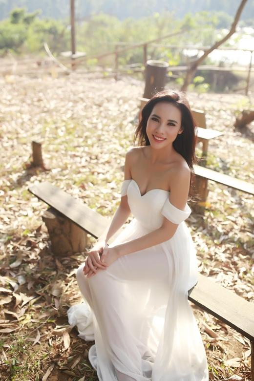 Trang phục đầm voan trắng của Lê Thanh Hòa giúp Lệ Quyên khoe khéo bờ vai trần gợi cảm, thêm phần bay bổng giữa bối cảnh thanh bình.