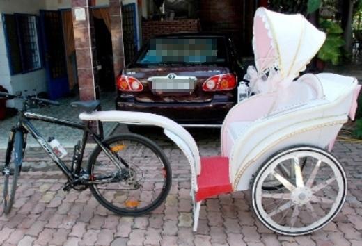 Cặp đôi bị ném đá vì rước dâu bằng xe mui trần dưới trời mưa