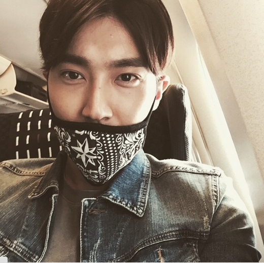 """Cùng vớiHeechul,Siwoncực ngầu trên máy bay: """"Đang trên đường đến Yokohama. Đợi tôi nhé. Cùng vui chơi nào."""""""