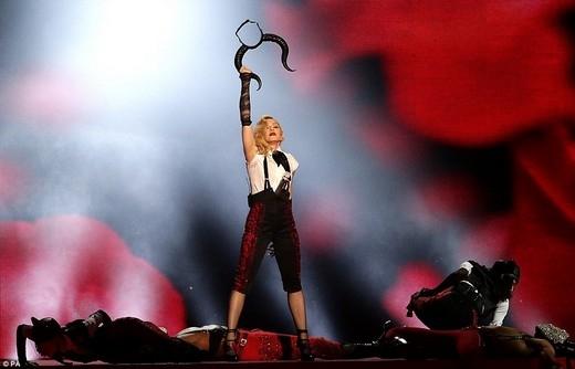 Madonna bị ngã đau trên sân khấu lễ trao giải BRIT