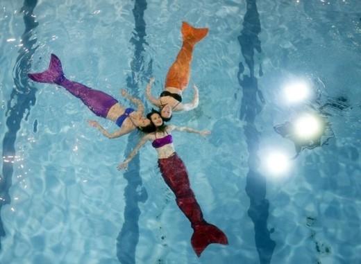 Trường AquaMermaid chuyên mở các khóa hướng dẫn học viên mọi lứa tuổi bơi, lặn trong trang phục nàng tiên cá.