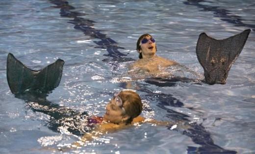 Một học viên nam hào hứng với trải nghiệm trở thành chàng tiên cá trong hồ bơi của trường.
