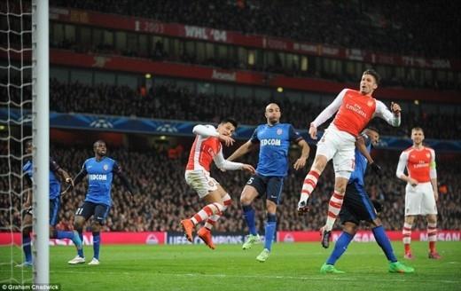 Mải mê tấn công, các học trò của HLV Arsene Wenger bất ngờ dính phải đòn hồi mã thương của Monaco.