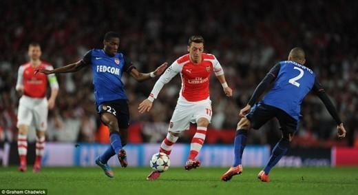 Sau bàn thua, các Pháo thủ tràn lên dữ dội nhằm đưa trận đấu trở lại vạch xuất phát.