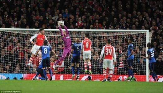 Tuy nhiên, những Giroud, Sanchez, Oezil và Welbeck đều bất lực trong việc khoan thủng hàng phòng ngự của Monaco.