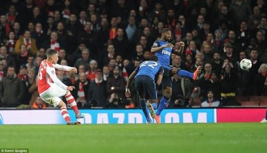 Phải rất nỗ lực Arsenal mới có bàn thu hẹp khoảng cách ở phút 90+1. Người lập công là Chamberlain với cú cứa lòng tinh tế từ ngoài vòng cấm.