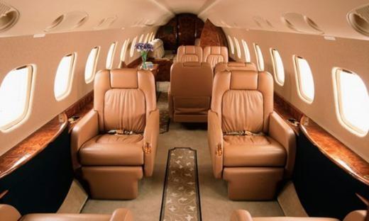 Ghế cho 13 hành khách được chia thành ba phần, hoặc chỗ ngồi cho 19 đến 37 người khi sắp đặt theo phiên bản Legacy Shuttle.