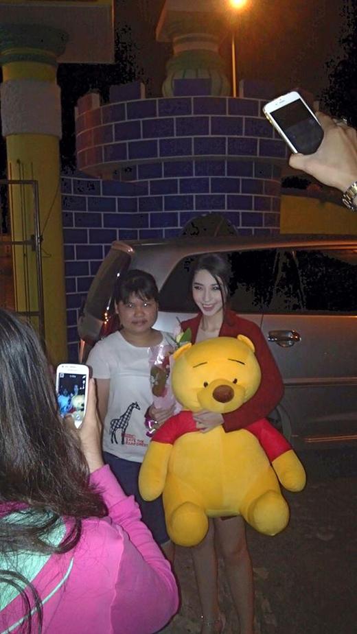 Khổng Tú Quỳnh hạnh phúc khi được fan tặng cho một chú gấu Pooh khá to trong đêm diễn ở tỉnh. Cô nàng liền hào hứng khoe ngay quà của fan lên fanpage của mình ngay sau khi kết thúc buổi diễn.