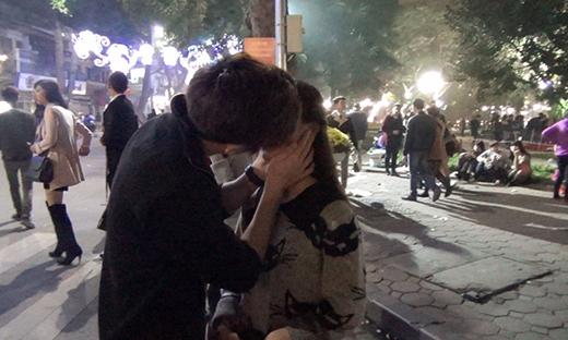 Có cô gái còn cho Tô Minh Đức hôn lên môi.