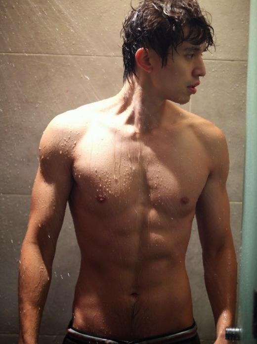 """Đến tận lúc nhập ngũ,Lee Dong Wookvẫn sở hữu vẻ ngoài """"bủng beo"""" nhưng anh trở lại hoàn toàn khác sau khi xuất ngũ và mới nhất trong bộ phimHotel Kingnăm 2014 với thân hình 6 múi cực săn chắc."""