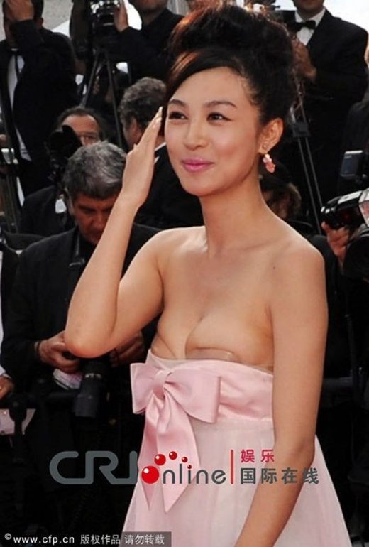 Diện đầm hồng không quai lên thảm đỏ Cannes, cô đào của Nhật chiếu Trùng Khánh - Lý Phi Nhi mải cười vui đến mức không nhận thấy rằng chiếc váy 'phản chủ' đã tụt ra khỏi vị trí ban đầu, khiến 2 miếng dán ngực lộ ra trước ống kính hàng trăm phóng viên quốc tế.