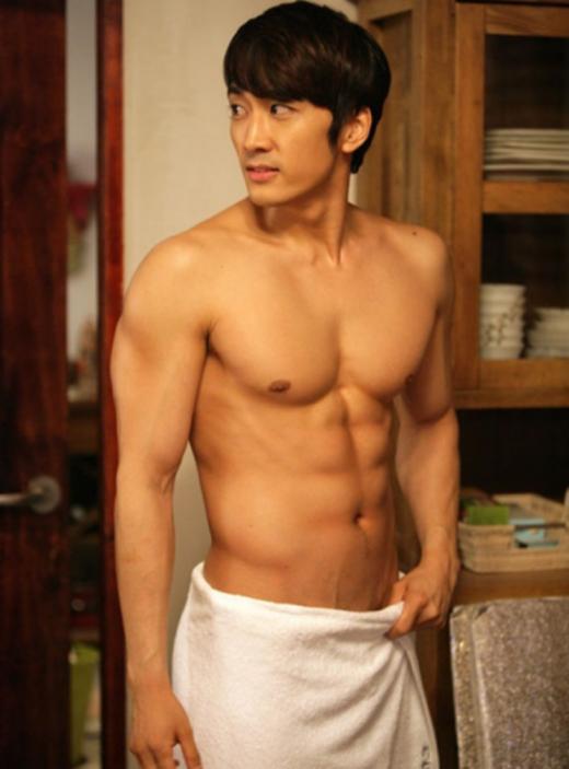 """Song Seung Hunchứng tỏ """"rừng càng già càng cay"""" với thân hình hoàn hảo theo năm tháng khiến các khán giả nữ không khỏi ngất ngây."""
