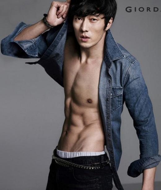 Mặc dù gần chạm ngưỡng tứ tuần nhưSo Ji Subvẫn cuốn hút với vẻ đẹp nam tính mặn mà cùng thân hình cơ bắp thu hút.