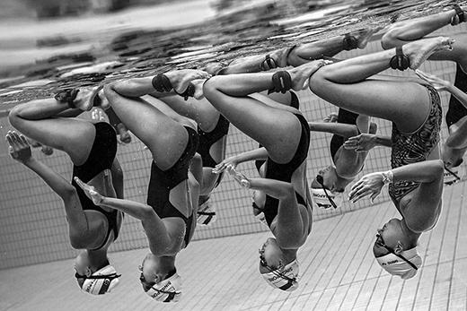 Nhiếp ảnh gia đã cố gắng ghi lại cảnh các vận động viên bơi lội biểu diễn và phối hợp với nhau dưới nước trong một buổi tập ở Singapore.