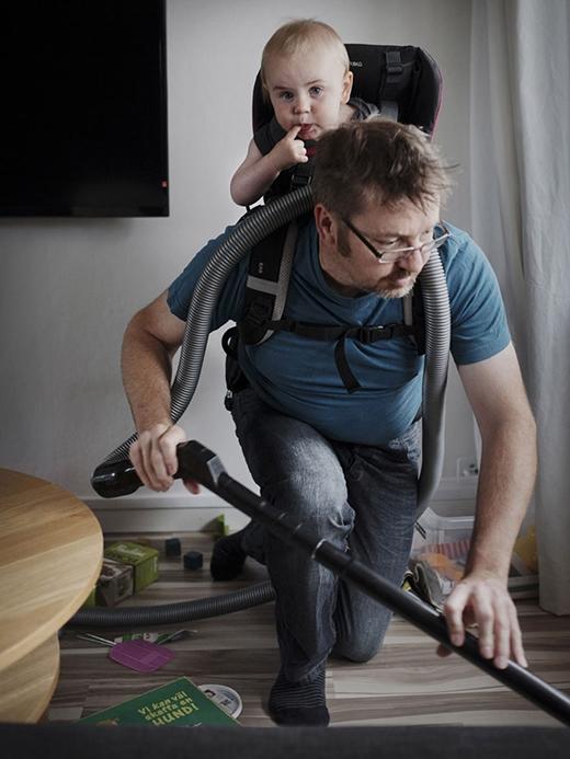 Bức ảnh ghi lại cảnh một người cha đang chăm sóc nhà cửa bên cạnh đứa con nhỏ của mình ở Thụy Điển. Thụy Điển là quốc gia vô cùng hào phóng đối với các gia đình có con nhỏ. Bố mẹ được ở nhà với con trong hơn 1 năm, cùng các khoản trợ cấp khác của chính phủ.