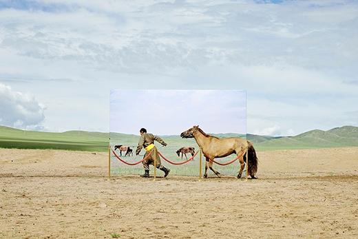 Bức ảnh ghi lại một khoảnh khắc thường nhật của người Mông Cổ. Mặc dù cuộc sống đã có nhiều bước phát triển, nhưng 35% người Mông Cổ vẫn còn duy trì lối sống du mục của mình. Điều này hiện đang gây ra nhiều khó khăn, vì diện tích đất và sông hồ đang ngày càng bị thu hẹp.