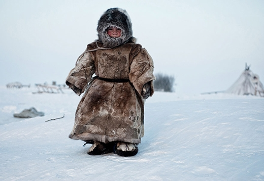 Một cậu bé người Siberia đang chơi dưới thời tiết -40 độ C ở Yamal.