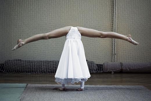 Ảnh được chụp trong một cuộc thi thể dục dụng cụ với các vận động viên nữ có độ tuổi từ 8-12.   Một chân dung được chụp tại Iraq.