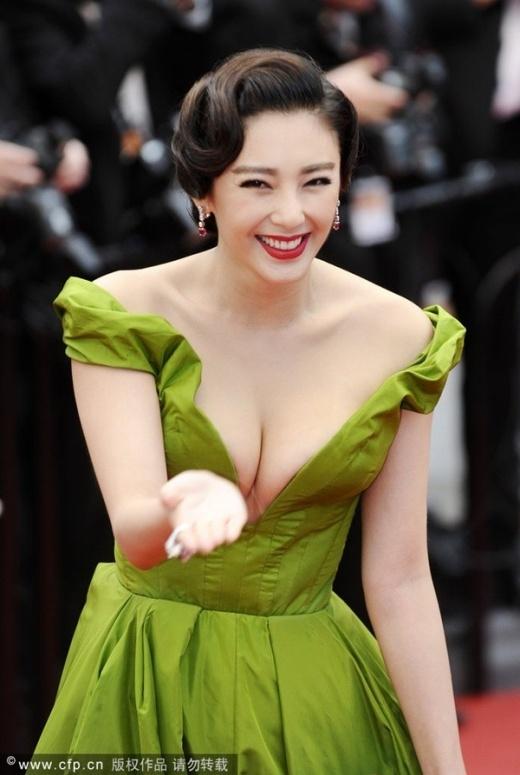 Trương Vũ Kỳ khi có dịp xuất hiện trên thảm đỏ Cannes đã cố gắng thu hút sự chú ý của truyền thông. Cô mặc váy cắt xẻ báo tạo khoe đôi gò bồng đào phồn thực. Nhưng sự cố tím mặt với cô đã xảy ra khi MC thảm đỏ giới thiệu cô là Phạm Băng Băng. Sự kiện này khiến Vũ Kỳ bị tiếng là tự tin thái quá, mất mặt người Trung Hoa khi vừa mặc hở hang vừa bị phớt lờ.
