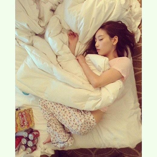 Tấm ảnh được Taeyeon khoe trên trang cá nhân khiến các fan vô cùng thích thú trước bộ dạng ngủ đáng yêu cùng chiếc quấn pajamas này. Với vóc người nhỏ nhắn, hình ảnh Taeyeon nằm ngủ đã đốn tim nhiều fan.