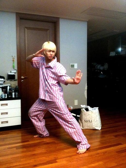 Heechul trông ngộ nghĩnh với bộ đồ pajamas cùng dáng đứng như các bô lão tập dưỡng sinh.
