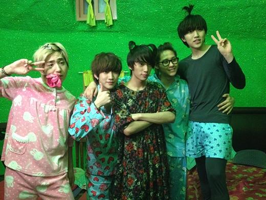 B1A4 khiến fan cười ngất khi xem những hình ảnh đáng yêu như thế này.