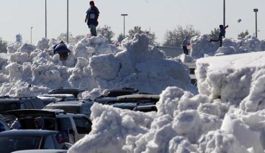 Cảnh tượng giao thông ùn tắc vì tuyết quá dày