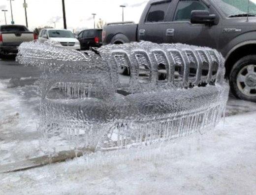 Một chiếc xe vừa rời đi để lại lớp băng mỏng