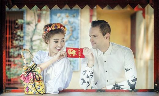 Ninh Dương Lan Ngọc đang giành bao lì xì đỏ với bạn nhảy. Được biết đây là bộ ảnh mới nhất mà Lan Ngọc thực hiện cho dịp Tết. Sau 2 tuần nghỉ Tết thoải mái, Lan Ngọc đã trở về phòng tập chuyển bị cho liveshow Người phụ nữ Việt Nam của Bước nhảy hoàn vũ.