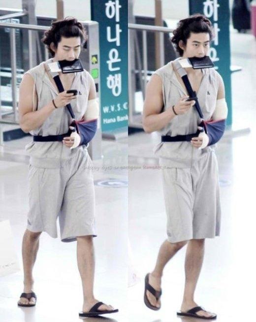 Các fan một mặt không khỏi lo lắng cho cánh tay bị thương củaTaecyeon (2PM), một mặt lại bị trang phục và kiểu tóc của nam thần tượng làm cho buồn cười.