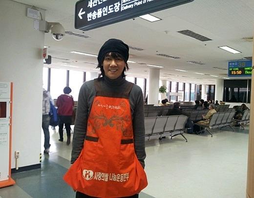 Đây là thời trang củaKim Jang Hoonđể ăn mừng dịp Tết Nguyên Đán tại Hàn cũng như chào đón mùa xuân tại Trung Quốc – nơi anh đến để tham gia biểu diễn.