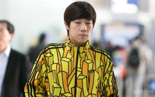 """Sunggyu (Infinite)rạng ngời với trang phục vàng chóe, hình ảnh những chiếc que khoai tây chiên trên áo nam ca sĩ khiến các fan """"thèm thuồng""""."""