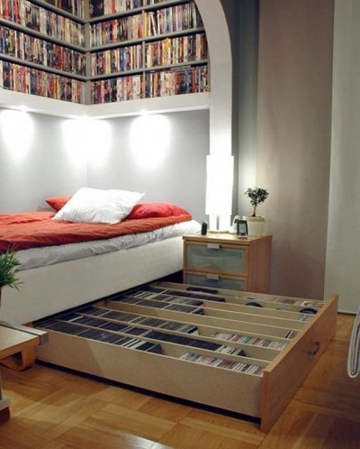 ... dẫn tới một căn phòng đọc sách với tủ sách ẩn dưới chân giường.