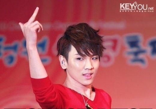 """Key (SHINee)trông cực quyến rũ với gương mặt ngầu và giơ ngón tay """"thối"""" khi trình diễn."""