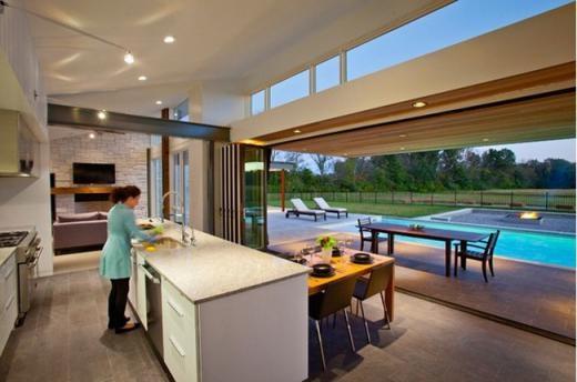 Bức tường nhà bếp có thể nâng lên để nhìn ra hồ bơi