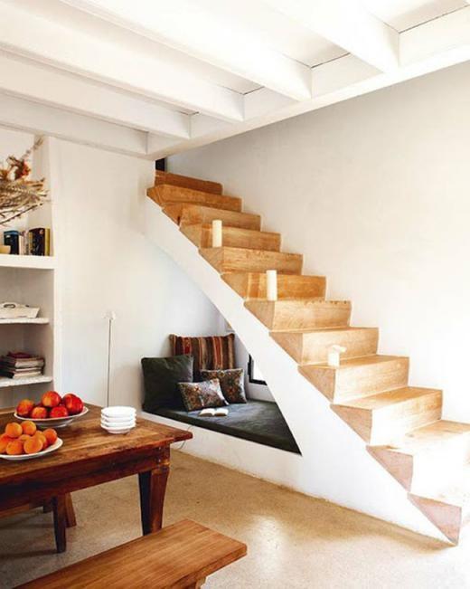Giường đọc sách nhỏ nằm dưới cầu thang