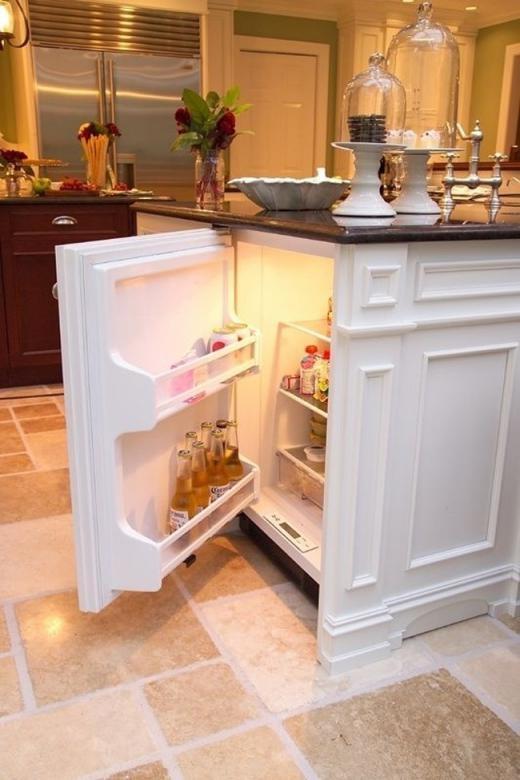 Tủ lạnh bí mật dưới quầy bar trong bếp chứa bia và đồ uống.