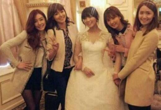 """SNSDvàWonder Girlslà hai nhóm nhạc nữ hàng đầu Kpop và fan 2 bên luôn cạch mặt nhau nhưng các cô gái vẫn chứng tỏ độ thân thiết khi tham dự đám cưới củaSunye.Sunmi(cựu thành viênWonder Girls) cũng từng thừa nhận bản thân là fan """"ruột"""" củaTaeyeon."""
