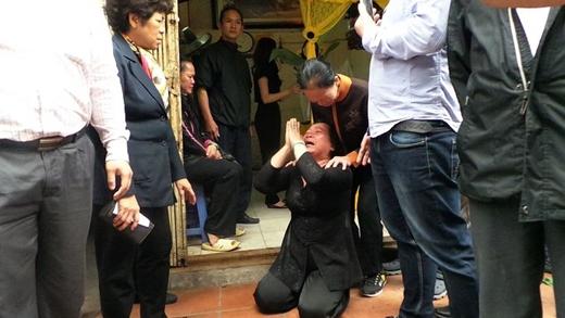 Bà Thu đã quỳ lạy để được lo hậu sự cho mẹ tại ngôi nhà này.