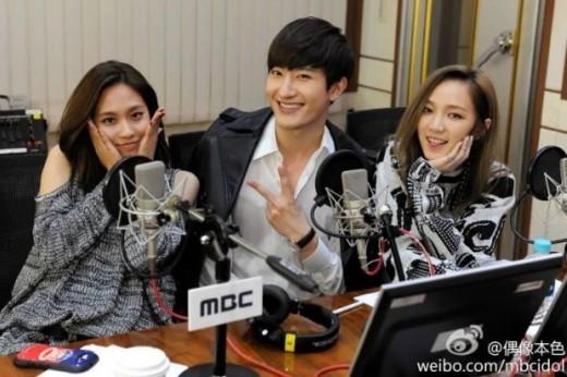 Cùng là người gốc Trung và hoạt động xa nhà nênZhoumi (Super Junior), JiavàFei (Miss A)tìm thấy nhiều điểm tương đồng ở đối phương và trở thành đồng nghiệp thân thiết.