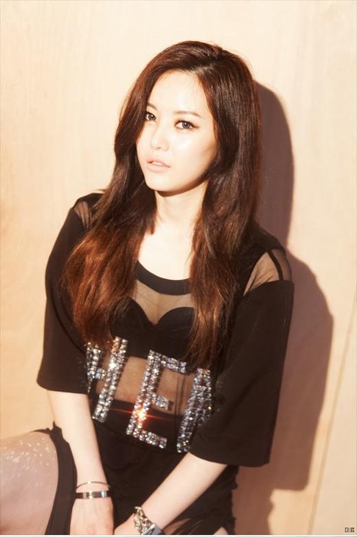 Miryo từng bỏ học trung học và thi vào trường GED (General Education development). Sau đó cô nàng đã thi đậu vào một trong những trường danh tiến nhất Hàn Quốc, đại học ChungAng.