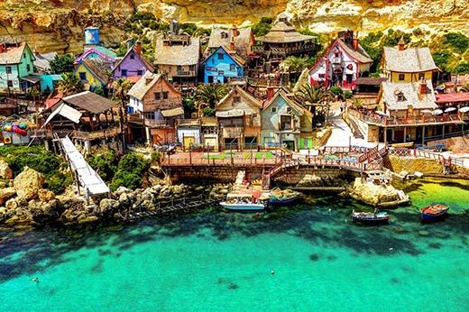 Làng Popeye Village ở đảo Địa Trung Hải (Malta) là ngôi làng gồm nhiều căn nhà bằng gỗ mộc mạc nằm sát bên nhau.