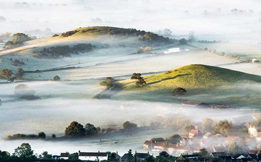 Ngôi làng ẩn hiện trong sương mù ở phía Tây Nam nước Anh.