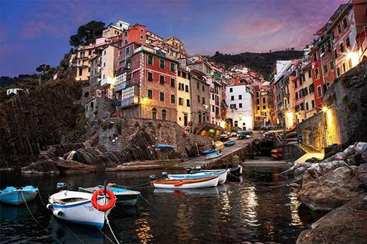 Riomaggiore là một ngôi làng thuộc tỉnh La Spezia, nằm trong một thung lũng nhỏ ở vùng Liguria của Ý.