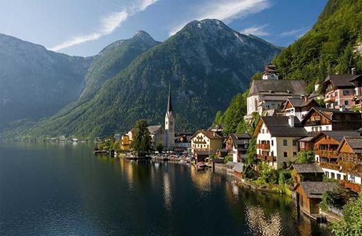 Làng Hallstatt là một ngôi làng ở Salzkammergut (Áo) chỉ với 946 cư dân.