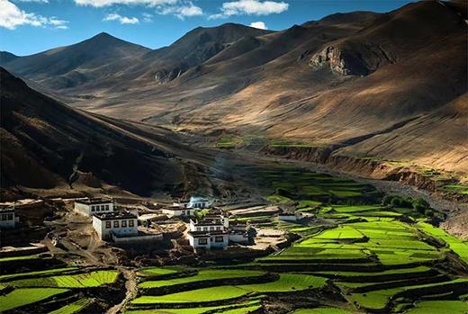 Ngôi làng này tọa lạc trên đỉnh núi Himalayas, Tây Tạng.